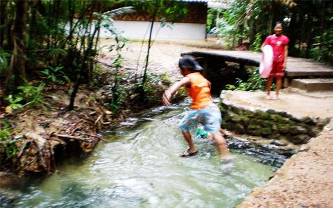 แอ่งเล็กๆ ใกล้กับทางเข้า ที่เด็กๆ เล่นกระโดดน้ำกันอย่างสนุกสนาน